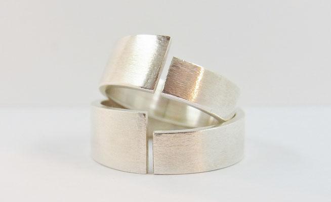 925/- Silberringe mit Verlauf in der Breite - modern. Paarpreis: 640 €
