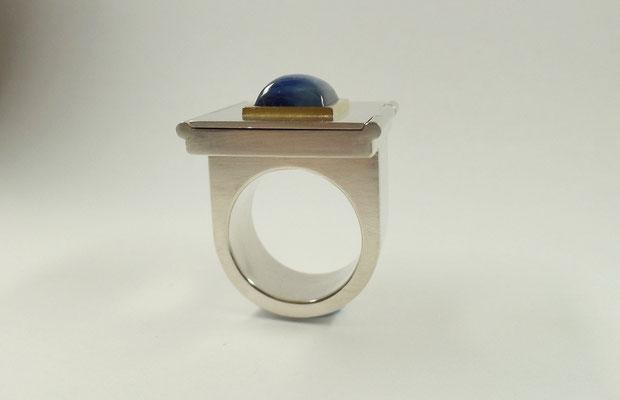 In Silber und Gold mit blauem Stein (Cyanith)....