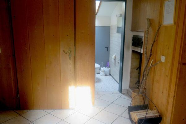 Der Flur mit seperatem WC und Kachelofenstelle