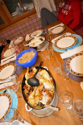Wer fleißig trainiert muss auch gut und ausreichend essen - und wenn das Festmahl gemeinsam zubereitet wird - schmeckt es noch gleich viel besser!