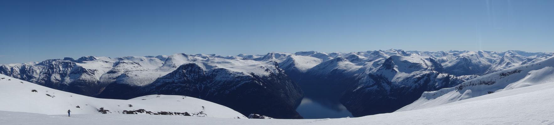 Am Gipfel des Kvittegas mit Tiefblick auf den Geirangerfjord.