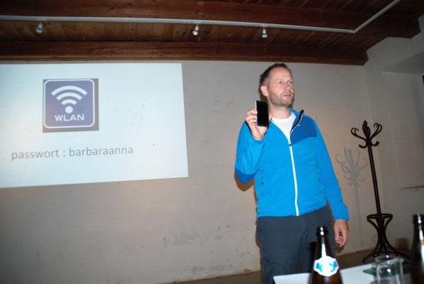 Roland erklärt das Smartphone-App zum Abstimmen.
