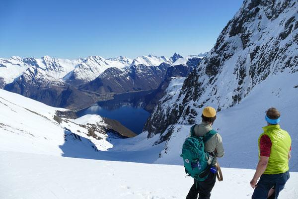 Aufstiegspause bei der Tour auf den Skarasalen mit Blick auf den Horundfjord und Urke gegenüber.