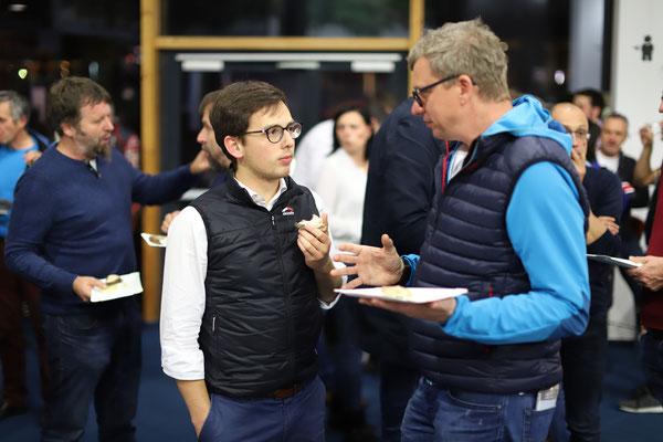 Netzwerken und Erfahrungsaustausch in der Pause - Thomas Harmtodt vom Autohaus BMW Harmtodt im Gespräch mit Michael Brachmann, Firma ZKW.