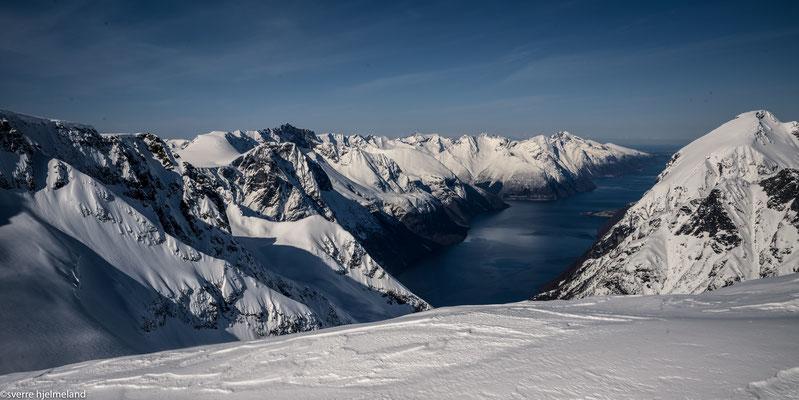 Vom Gipfel der Blick auf den Fjord.