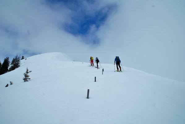 Am Gipfelgrat des Gampenkogels - blauer Himmel zu sehen!