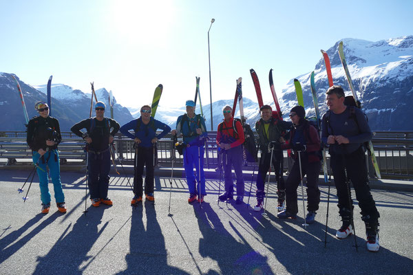 Petra, Wolfgang, Seppi, Robert, Peter, Werner, Brigitte und Karl fertig für den Aufstieg zum Kvittega.