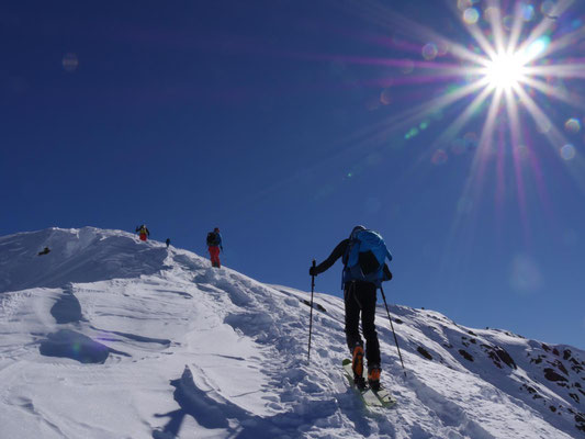 Den windbearbeiteten Grat rauf zum Gipfel haben nur Ewald und Gerald mit Schiern gemacht.