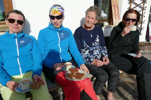 """Die drei Firndamen gemeinsam mit der """"Hackler-Nane"""", unserer Quartiergeberin, beim Sonnenbad, Kaffe und Kuchen auf der Hausbank."""