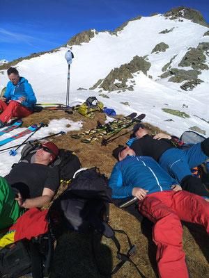 Gipfelrast am Edelweissknopf - Kräftetanken in der Sonne für die Firnabfahrt.