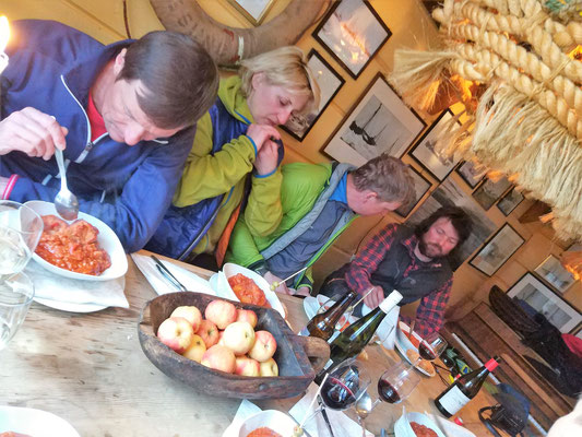 Bacalao und eine wunderbar süße Nachspeise haben wir genossen, bevor so richtig die Post abging - mit den norwegischen Fjord-Partypeople ;-)