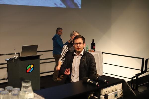 Thomas Harmtodt, Geschäftsführer des Autohauses Harmtodt und Hauptsponsor des Weißen Rausches, trifft gerade noch rechtzeitig vor Vortragsbeginn im Maxoom ein.