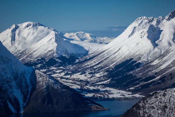 Blick vom Maudekollen nach Saebo und unserer Unterkunft, dem Sagafjordhotel.