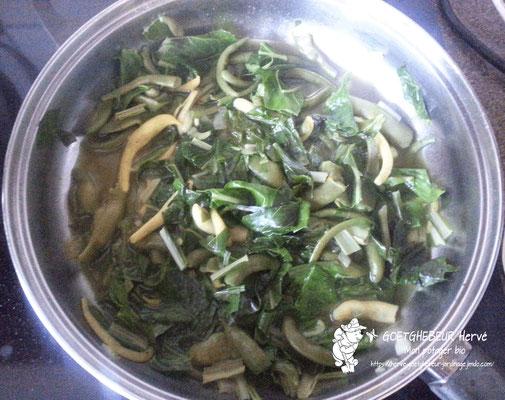 Salade de poirées (blettes), oignons,  échalotes,  ails  et assortiment d'haricot du jardin en cours de cuisson.