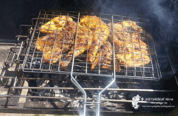 Assortiment de viande en pleine cuisson sur le barbecue.