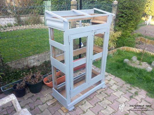 Modification d'un meuble ancien en petite serre du jardin.