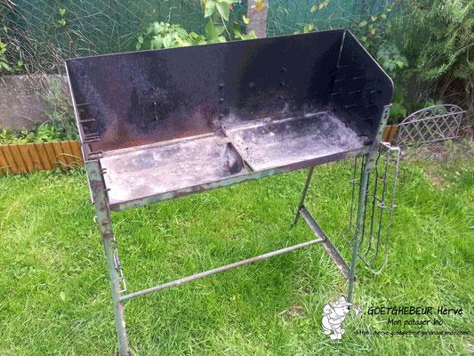 Barbecue traditionnel, réalisé en début des années 2000, à l'aide de matériaux de récupération. Sur la photo, il manque les deux tablettes avec porte-ustensiles en bois sur fer plat en acier. Le barbecue baigne dans son jus de cuisson !