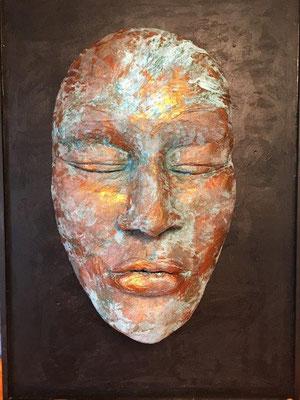 Schweigen - Maske auf Holzplatte, Ton gebrannt mit Kupfer-Patina - 70 x 100 cm (2019) -ÜBERDACHTER AUSSENBEREICH!