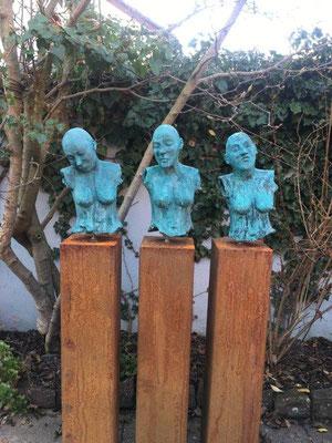 3 Frauen - Ton gebrannt mit Kupferpatina stark oxidiert - auf Rostsäule - Höhe ca. 120 cm (2020) Geschützter Außenbereich!