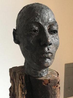 Wächter 2 -Ton gebrannt mit Bronze-Patina auf geöltem Holz,  - Höhe ca. 100 cm (2019) UNIKAT! Geschützter Außenbereich!