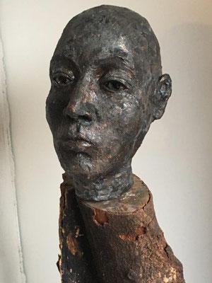 Dunkle Bronze mit Grüner Oxidation