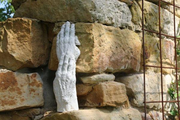 Berührende Hände - Beton - Höhe ca. 25 cm (2020) WINTERHART!