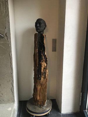 Wächter 1 -Ton gebrannt mit Bronze-Patina auf geöltem Holz,  - Höhe ca. 100 cm (2019) UNIKAT! Geschützter Außenbereich!