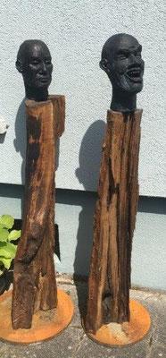 Wächter 3 + 4 - Ton gebrannt mit Bronze-Patina auf geöltem Holz,  - Höhe ca. 100 cm (2020) UNIKAT! Geschützter Außenbereich!