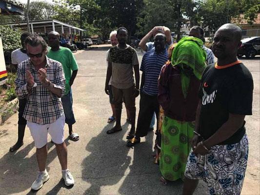 Mario Mele (a sinistra). Dietro al gruppo di destra si intravedono Stefano Poli e Fulvio Leone, insieme agli altri arrestati nel blitz della polizia keniota