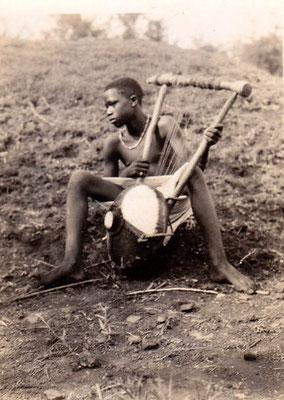 """Strumento musicale tradizionale a corde a forma di grande lira, il """"nyatiti""""."""
