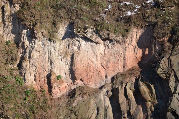 """Basalt (unten, grau) trifft auf Tuff (oben, rötlich) und röstet (""""frittet"""") ihn an"""