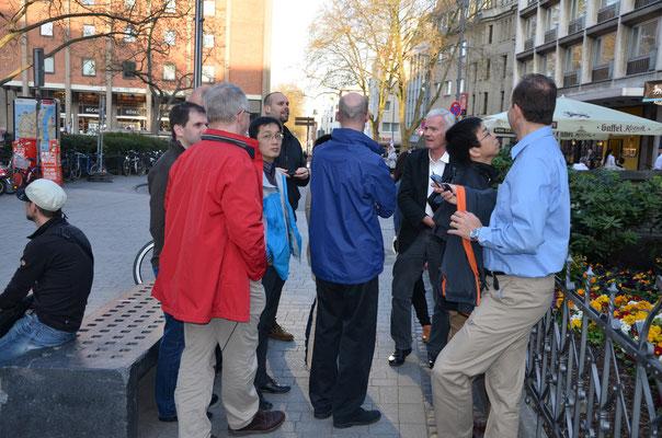 Mit internationaler Gruppe vor dem Heinzelmännchenbrunnen