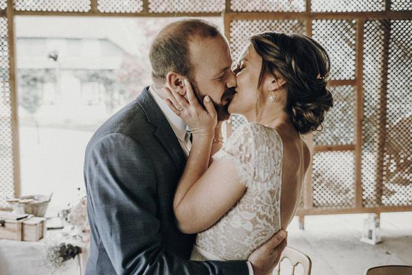 Hochzeitskuss in der freien Trauung