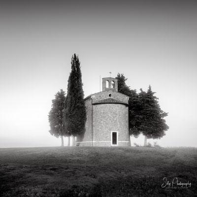 Italien / Toskana / Capella Di Vitaleta, Nebel, Langzeitbelichtung, 2019, ©Silly Photography