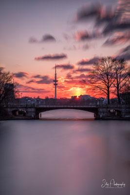 Hamburg / Alster, Schwanenwikbrücke, Fernsehturm, Langzeitbelichtung, 2018, © Silly Photography