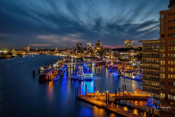 Hamburg / Hamburger Hafen, Hafencity, Blick von der Elbphilharmonie Plaza, Langzeitbelichtung, 2017, © Silly Photography