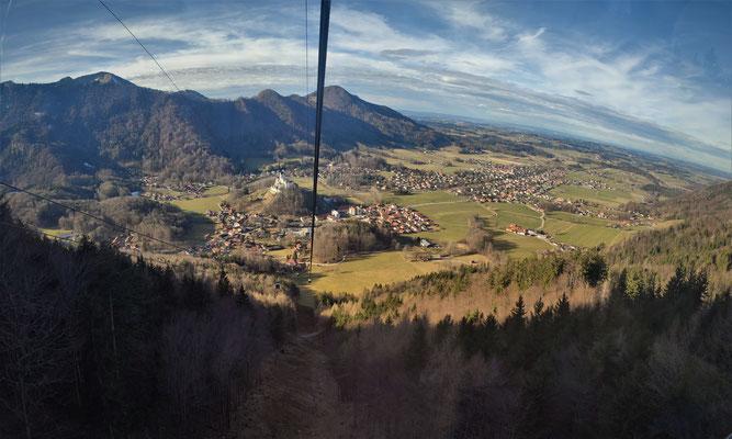 Blick aus der Kampenwandseilbahn auf das Schloss Hohenaschau