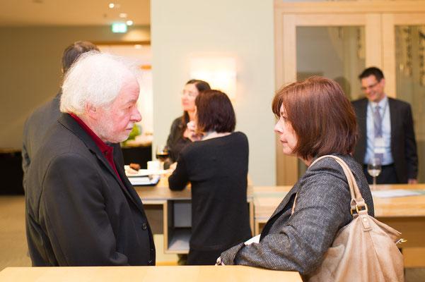 Ärzte und Patienten im Gespräch bei einer öffentlichen IPF Veranstaltung