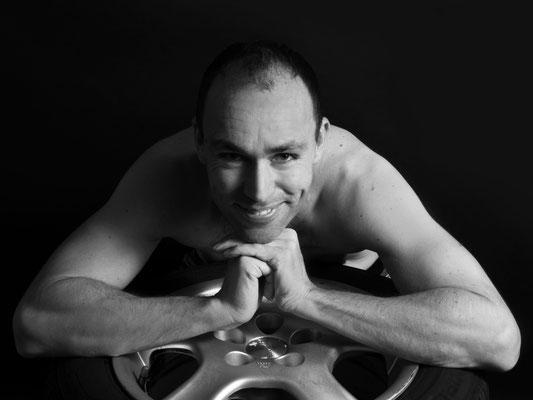 Aktfotografie Erotikfotografie Mann männlich besonders cool schwarzweiß