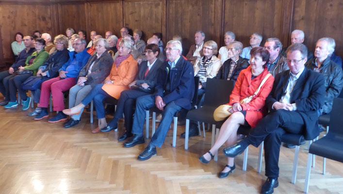 Im ehrwürdigen Ratssaal lauschen die Mitglieder der Chormusik der Renaissance