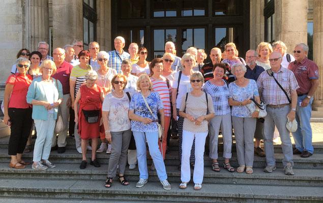 Die Teilnehmer vor dem Eingang zur Villa Hügel
