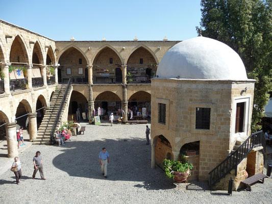 ehemalige Karawanserei Büyük Han mit Heiligtum in Nord-Nikosia