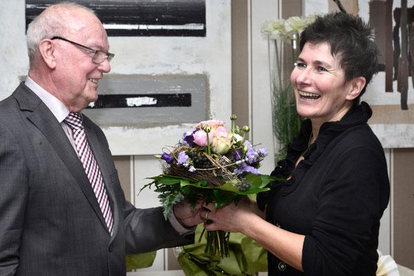 Werner Echle bedankt sich bei Claudia Wildi für ihr Engagement bei der Neugestaltung der Homepage      Foto; Jochen Hahne