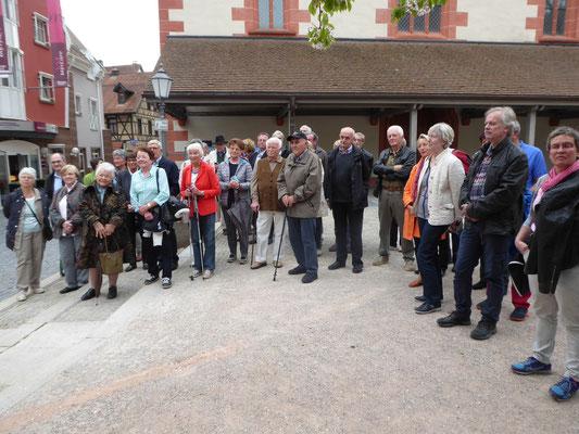 Die Besucher auf dem Osianderplatz