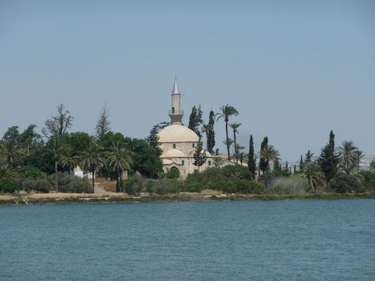 Die Moschee Hala Sultan Tekke am Ufer eines Salzsee`s