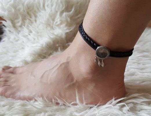 Fußband aus Pferdehaar mit Anhänger in Silber-Antik. Bei diesem Anhänger ist hinter Glas Hundehaar eingebettet.  Preis für das Fußband aus Pferdehaar 79€ Anhänger ab 99€.