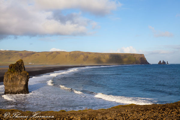 Berg Reynisfjäll und die Reynisdrangar-Felsen - Island 2013