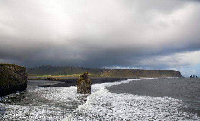 Blick von Dyrhólaey auf den Berg Reynisfjäll und die Reynisdrangar-Felsen - Island 2013
