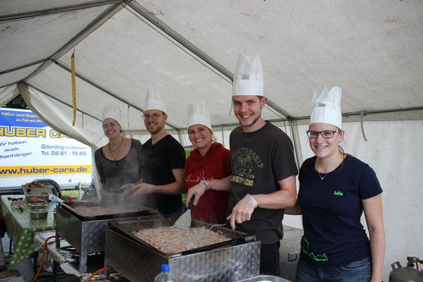 "Zeltlager 2019 (""Pirateninsel"") - Unser Küchenteam ist fleißig (v.l.n.r.: Franzi, Benni, Jessy, Roman, Julia)"
