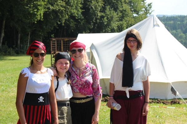 """Zeltlager 2019 (""""Pirateninsel"""") - Die Leiter haben sich schon in ihre Kostüme geschmissen (v.l.n.r.: Janina, Paula, Steffi, Vanessa)"""